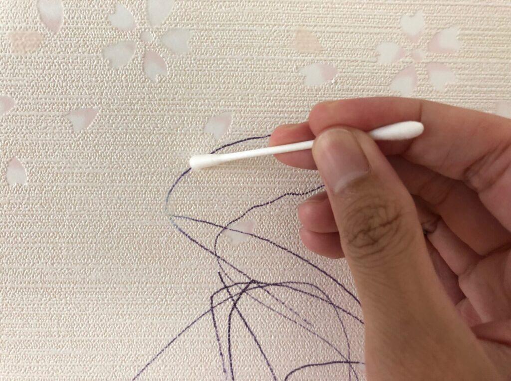 綿棒で白液を塗っている画像です